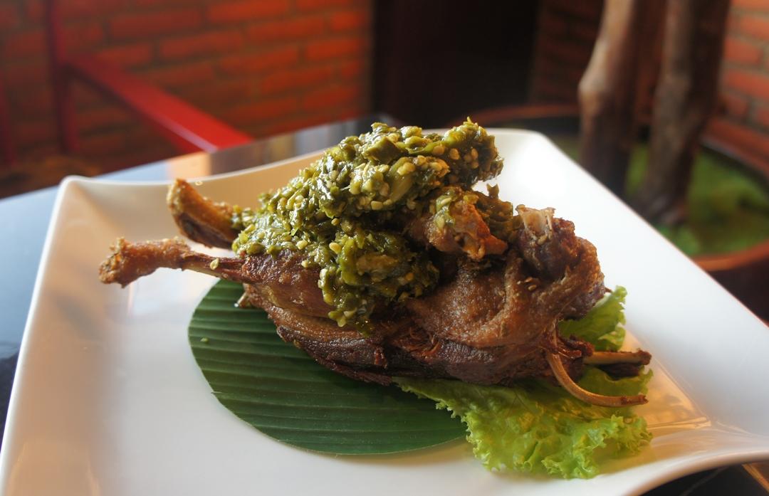 Bebek Goreng Cabe Ijo, Menu Olahan Bebek Goreng Pedas di Tempat Makan Enak di Bandung