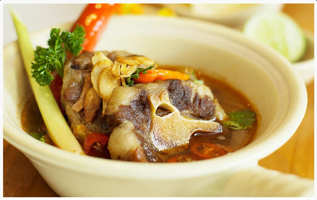 Cari menu makan siang sehat atau menu makan malam yang lezat? Anda bisa mencoba untuk menikmati sop buntut keuken, makanan paling enak di Jalan Riau Bandung.