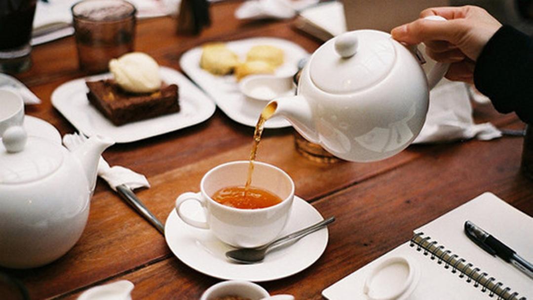 Ketika ngopi di tempat nongkrong sudah terlalu mainstream, bersantai menikmati afternoon tea time di tempat ngopi Bandung juga asik untuk Anda coba.