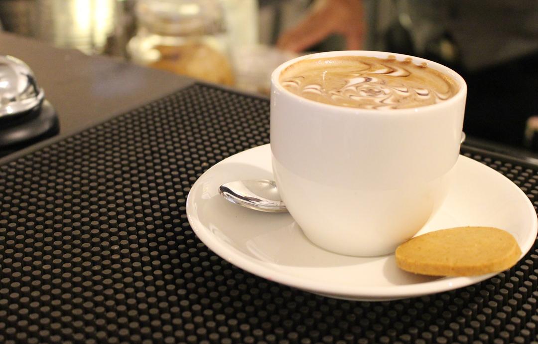 Yuk, intip cara membuat kopi ala café! Anda bisa mencoba membuatnya sendiri atau datang ke tempat nongkrong favorit dan tempat ngopi di Jalan Riau Bandung.