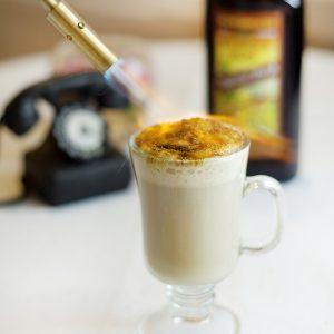 Dari Brew Coffee, Frappe, hingga Fantasie Koffie Crème dapat dinikmati di sini. Inilah sajian kopi enak dan populer di tempat ngopi enak di Bandung.